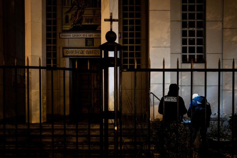 Des policiers devant l'église orthodoxe de Lyon, le 31 octobre 2020.