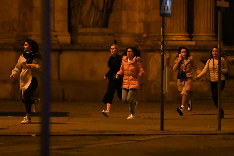 Des passants fuient les rues de Vienne visée par des fusillades le 2 novembre 2020