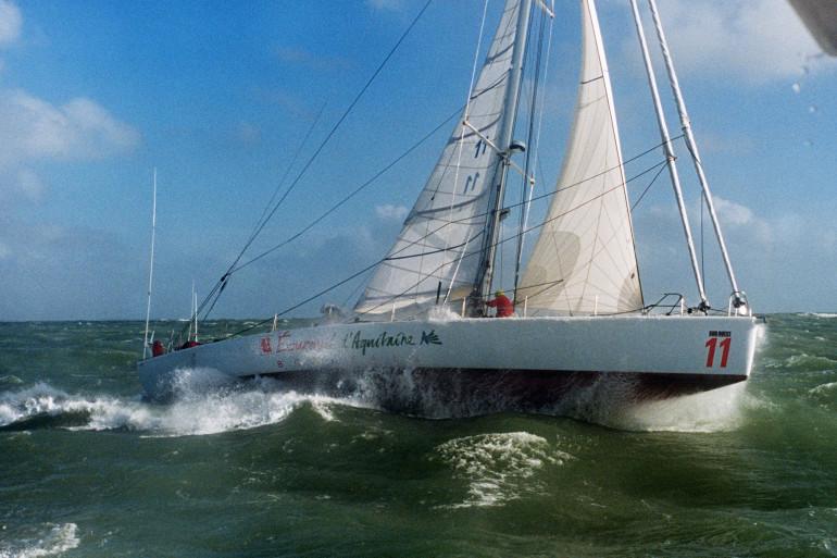 Titouan Lamazou teste son bateau avant de participer à la première édition de la course Vendée Globe le 26 novembre 1989.