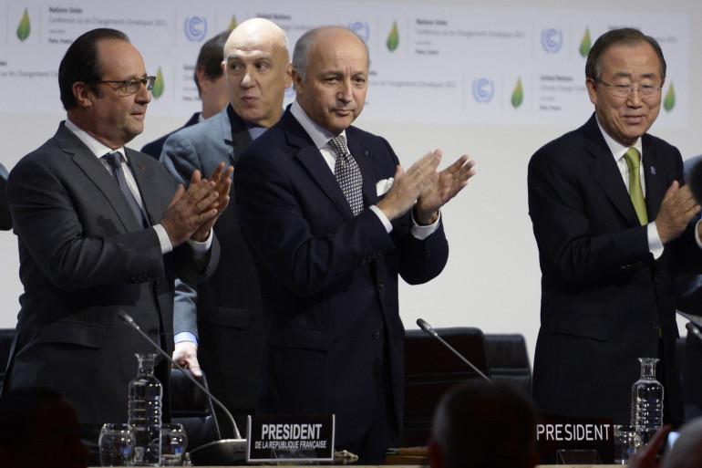 Laurent Fabius a présenté le projet d'accord final de la COP21 en compagnie du secrétaire général des Nations unies Ban Ki-Moon et du président de la République François Hollande samedi 12 décembre.