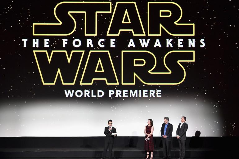Le réalisateur J.J. Abrams en compagnie de son producteur et des dirigeants des studios Disney pour la première de Star Wars è