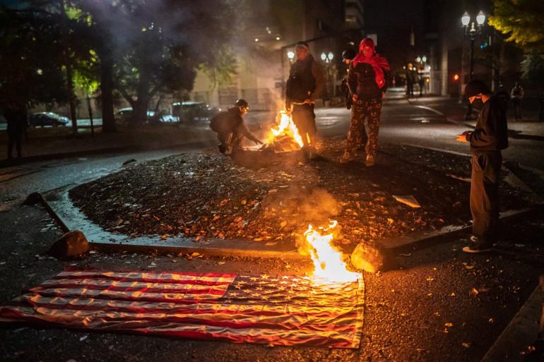 À Portland, des contestataires brûlent des drapeaux américains le 4 novembre 2020.