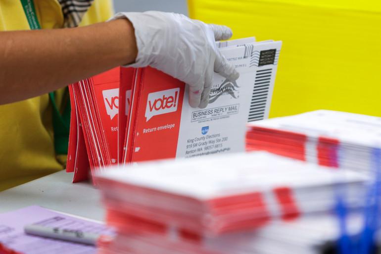 Des enveloppes contenant des bulletins de vote par correspondance, aux États-Unis