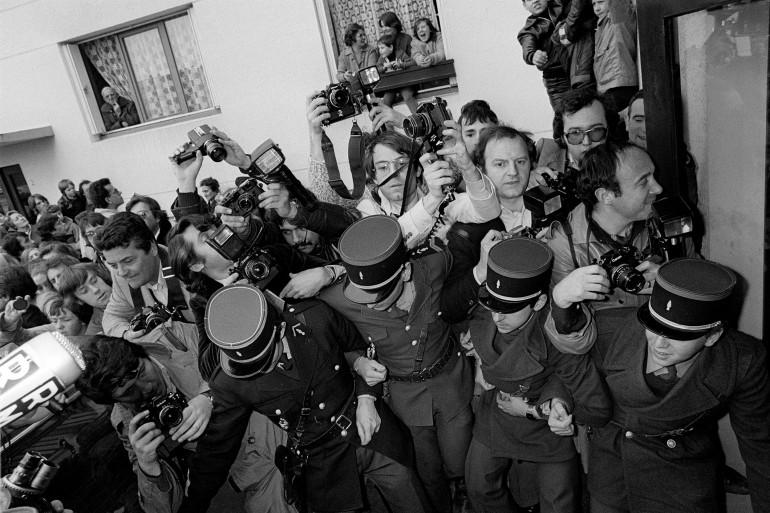 """Des gendarmes essayent de contenir les journalistes lors de l'arrestation du présumé """"tueur de l'Oise"""", Alain Lamare, le 08 avril 1979 à Chantilly. Alain Lamare, 23 ans, gendarme de la brigade de Chantilly, a été identifié grâce à son portrait robot."""