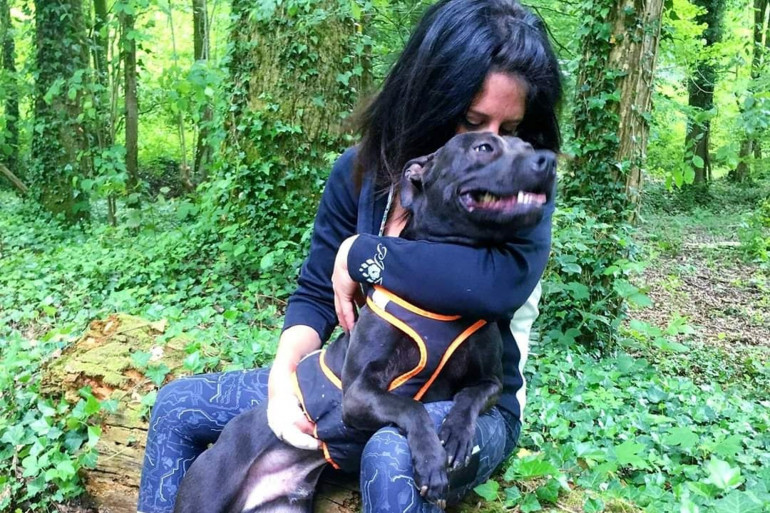 Elisa Pilarski et le chien de son compagnon, Curtis.