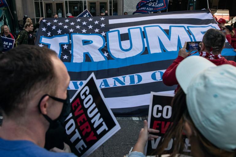 """Des partisans pro-Trump, face à des pro-Biden, devant le """"convention center"""", l'un des centres de dépouillement de Philadelphie, le 5 novembre 2020"""