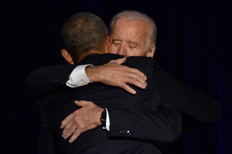 Le 10 janvier 2017, Barack Obama embrasse son ancien vice-président Joe Biden après que l'ex-président américain ait prononcé son discours d'adieu à Chicago, dans l'Illinois.