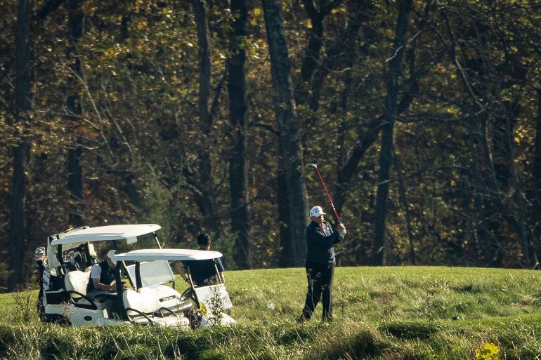 Donald Trump en train de jouer au golf le 7 novembre 2020