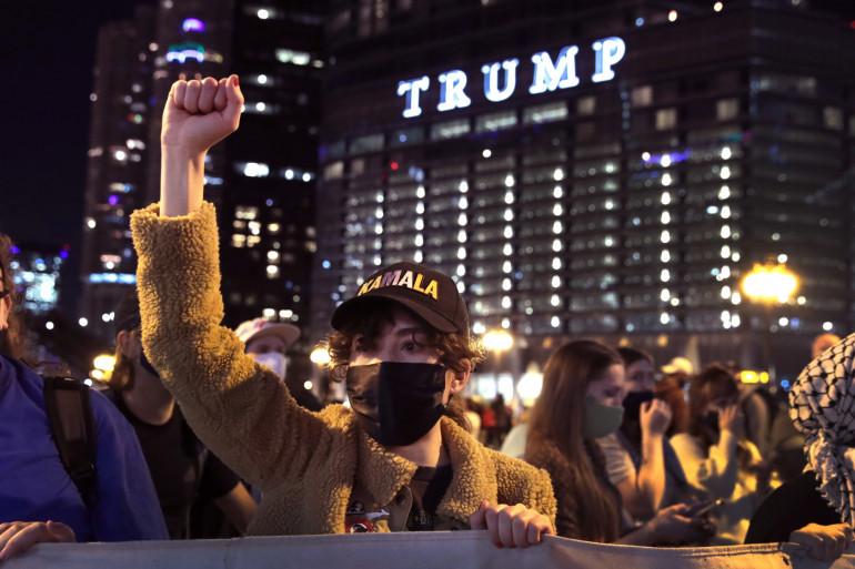 Des partisans démocrates célèbrent la victoire de Joe Biden devant la Trump Tower le 7 novembre 2020.