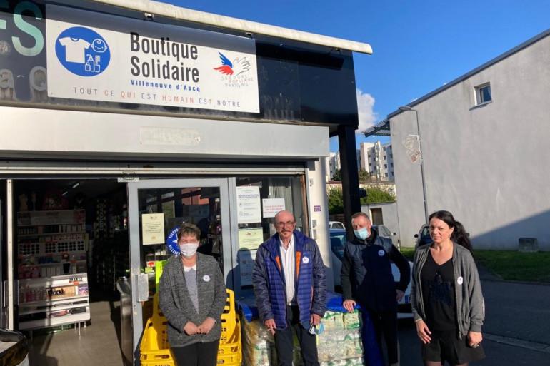 """Une partie des bénévoles du Secours populaire du Nord à Villeneuve d'Ascq devant la """"boutique solidaire""""."""