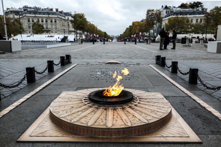 La tombe du soldat inconnu sous l'Arc de Triomphe à Paris (illustration)