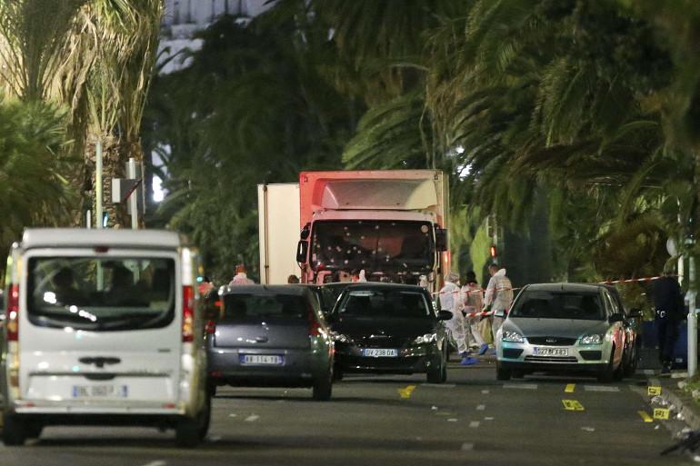 Un individu a précipité un poids-lourd (à l'arrière plan) dans la foule à Nice jeudi 14 juillet, avant d'être abattu