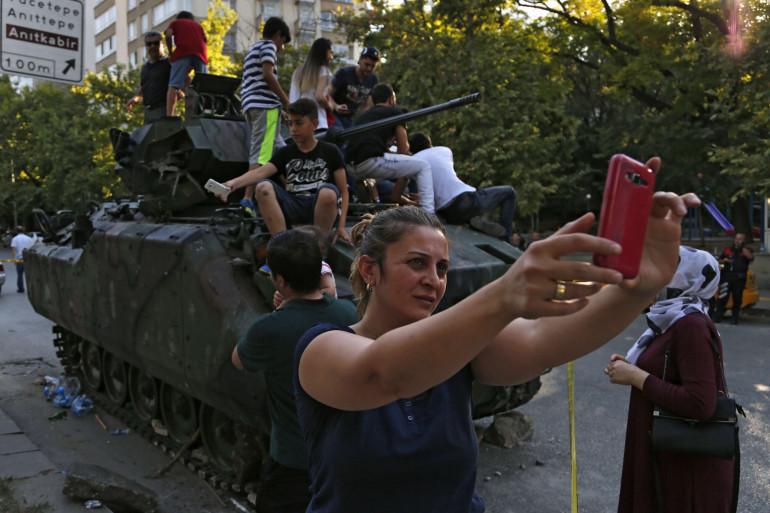 Les partisans du président Erdogan fêtaient l'échec du coup d'État en Turquie le 16 juillet.
