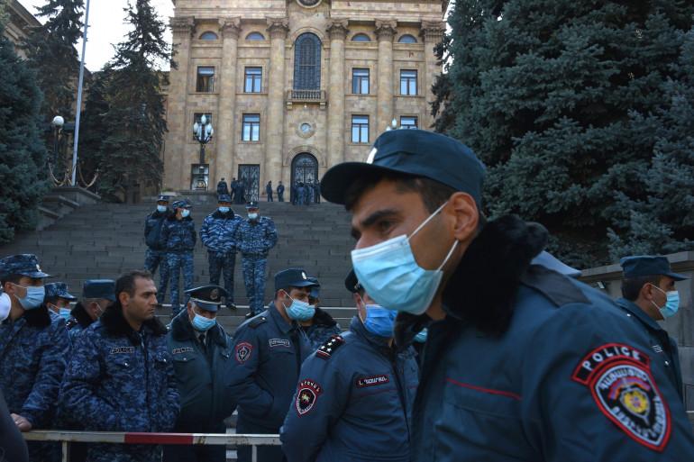 Des policiers arméniens devant le Parlement à Erevan, après l'annonce de l'accord avec l'Azerbaïdjan, le 10 novembre 2020.