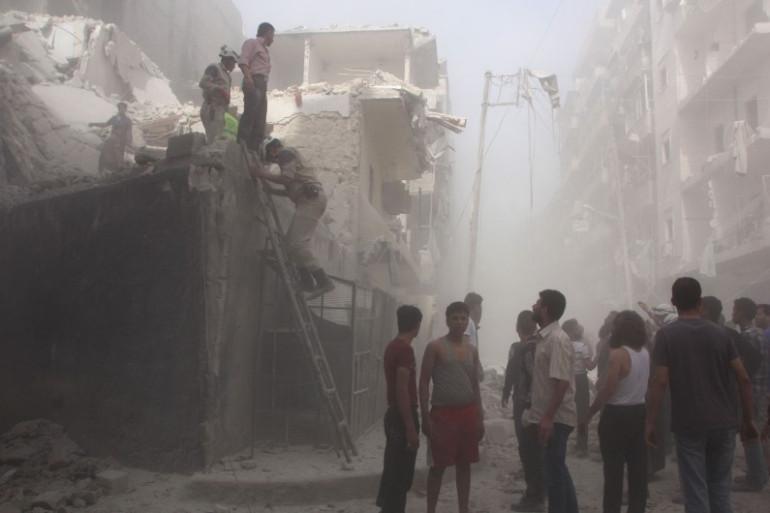 Des civils cherchent des victimes dans les décombres après un bombardement de l'armée syrienne à Alep le 9 juin 2016.