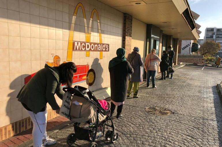 Le restaurant Mac Donald réquisitionné par les bénévoles pour créer une plateforme d'aide alimentaire.