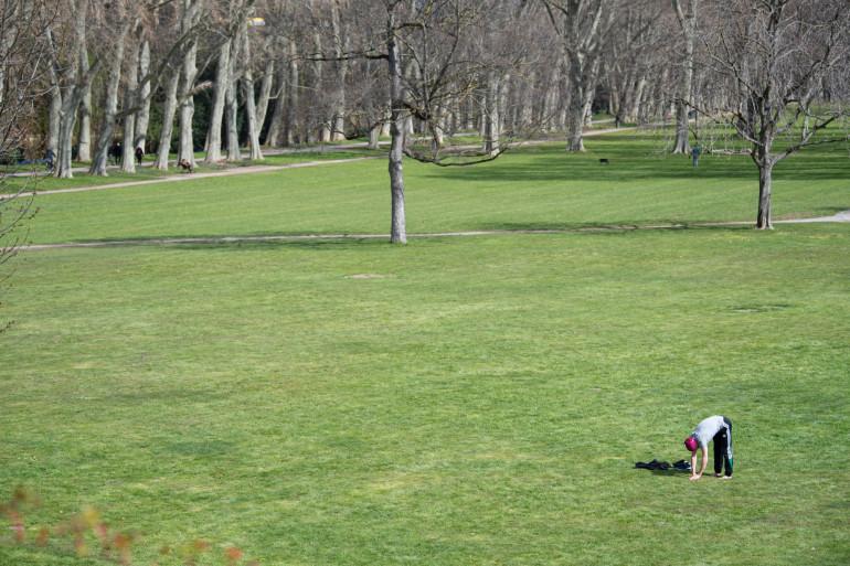 Illustration d'un homme faisant de l'exercice dans un parc de Stuttgart
