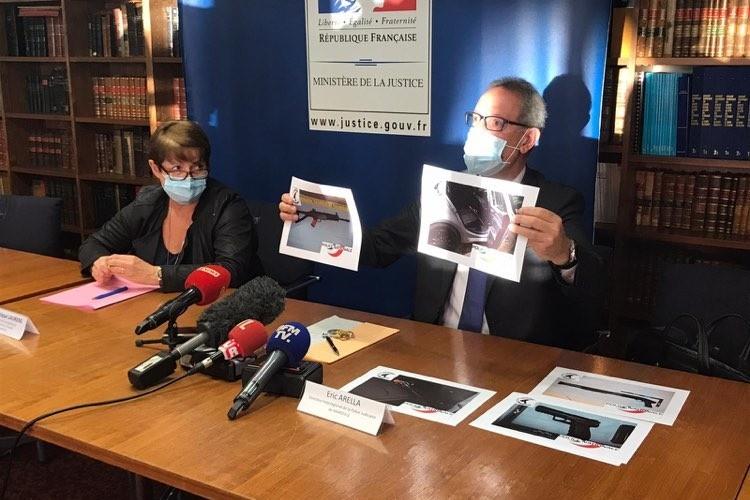 Eric Arella, directeur interrégional de la polie judiciaire présente les armes retrouvées lors de l'arrestation d'un commando à Gignac-la-Nerthe. À ses côtés, Dominique Laurens, procureur de la république de Marseille.
