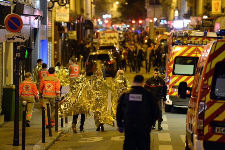 Les secours et les forces de l'ordre devant le Bataclan le 13 novembre 2015 à Paris