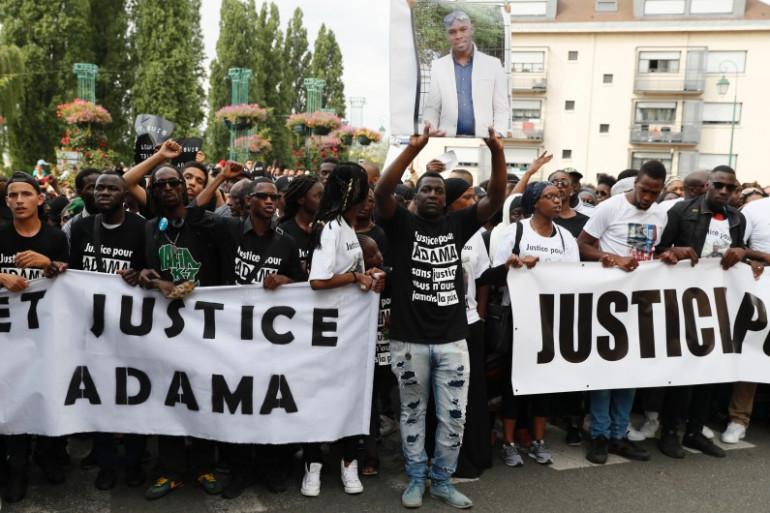 Entre 1.500 et 5.000 personnes ont participé à une marche blanche pour Adama Traoré le 22 juillet à Beaumont-sur-Oise.
