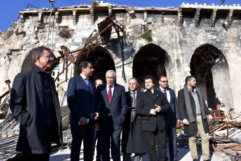 Les députés Les Républicains Thierry Mariani et Nicolas Dhuicq visitent l'ancienne mosquée de Omeyyades à Alep le 6 janvier.