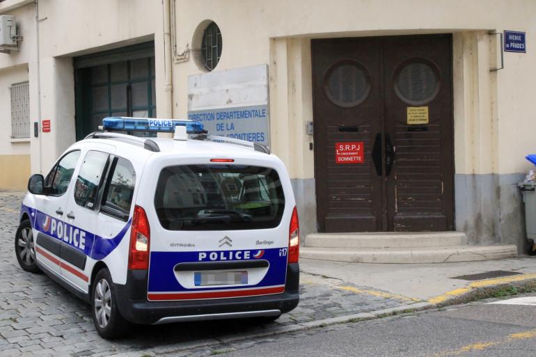 Une voiture de police, devant les locaux de la police (illustration).