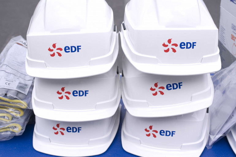 Des casques de protection avec le logo EDF