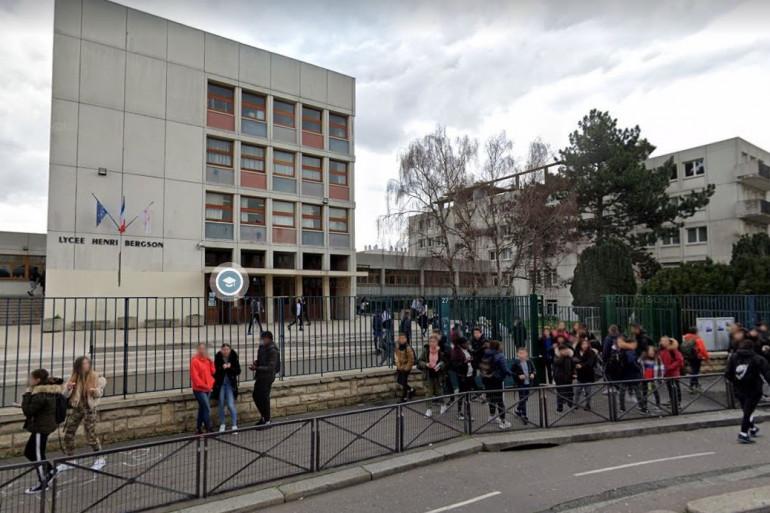 Le parvis du lycée Bergson à Paris (XIXe arrondissement).