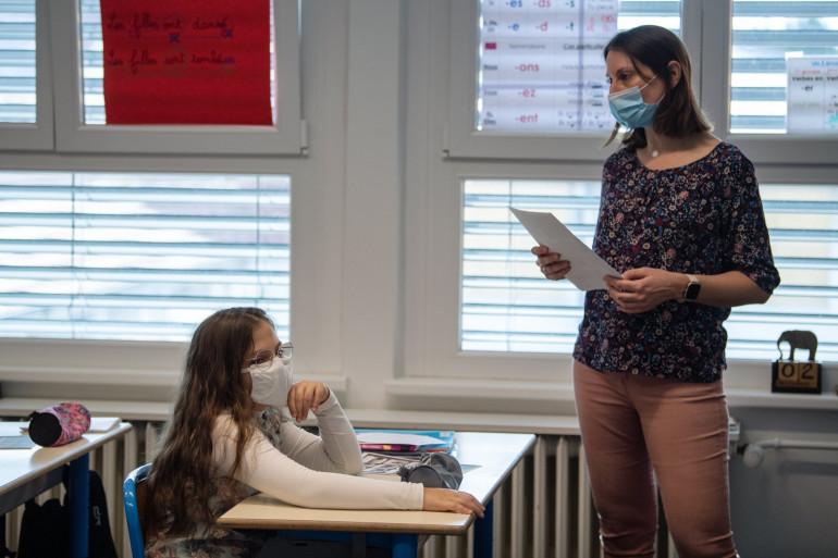 Une enseignante en classe (illustration)