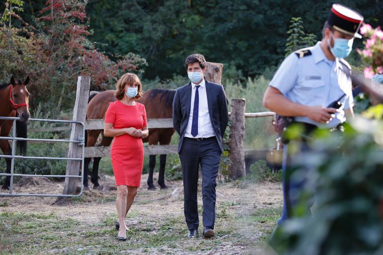 Le ministre de l'Agriculture Julien Denormandie visite en septembre 2020 une écurie avec Mireille Didier