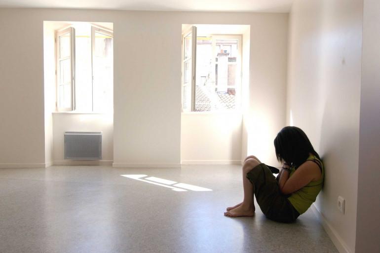 Une jeune femme qui déprime (illustration)