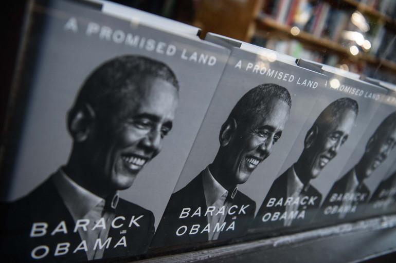 """""""Une terre promise"""" le livre de Barack Obama dans une librairie de Washington en novembre 2020"""