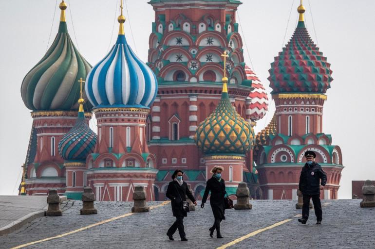 Deux femmes traversant la Place rouge à Moscou, le 13 avril 2020