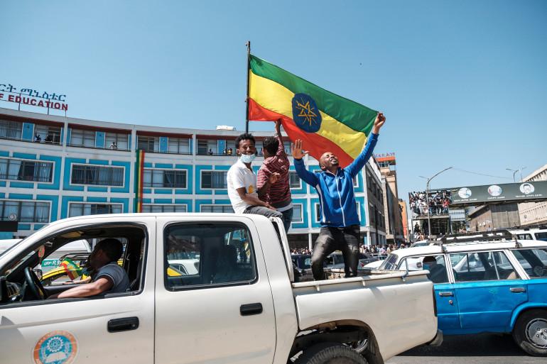 Des hommes portent un drapeau éthiopien à Addis Abeba, le 17 novembre 2020.