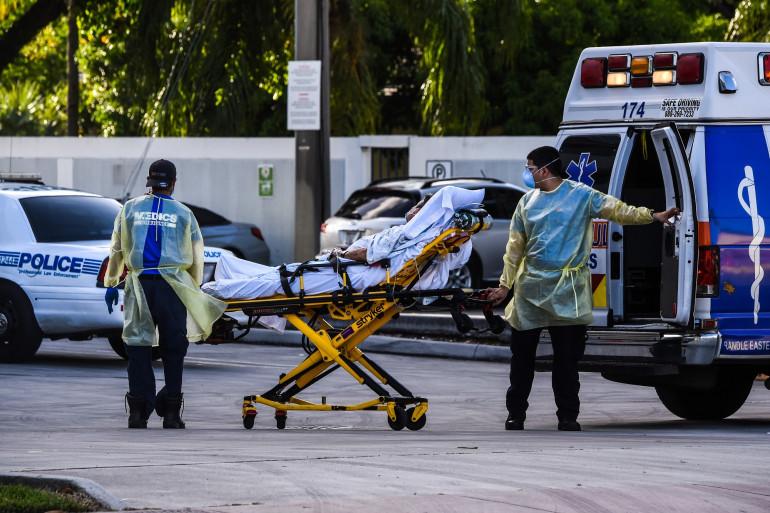 Des médecins ambulanciers transportant un patient Covid, à l'hôpital Coral Gables, près de Miami, aux États-Unis, le 30 juillet 2020.