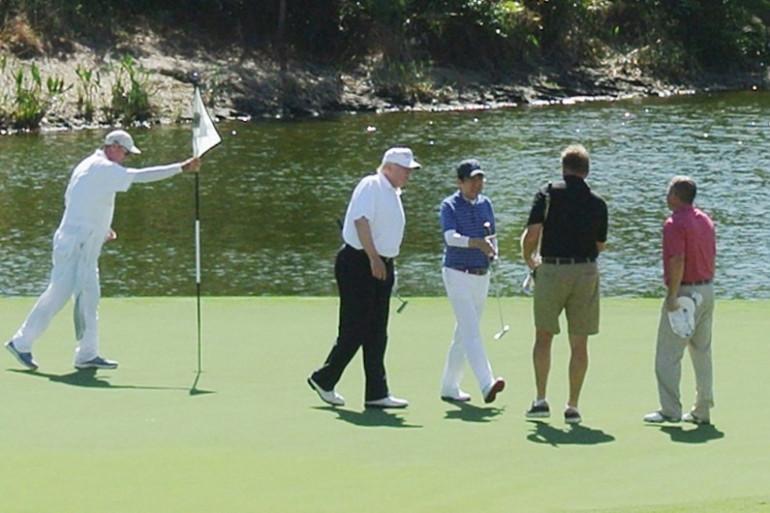 Le 12 février 2017, Donald Trump et Shinzo Abe jouent au golf et affichent leur unité