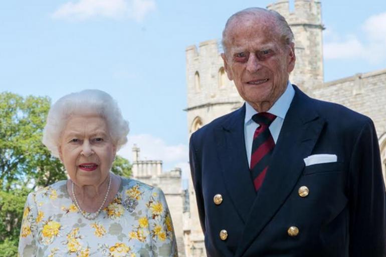 Elizabeth II et son époux le prince Philip devant le château de Windsor
