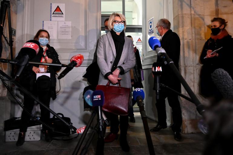 La mère d'Alexia Daval, Isabelle Fouillot, répond à la presse devant le palais de justice de Vesoul, le 21 novembre 2020, au sixième et dernier jour du procès de Jonathann Daval.