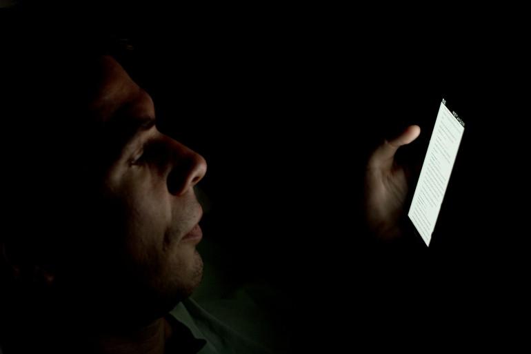 Un utilisateur consulte une application sur son smartphone (illustration)