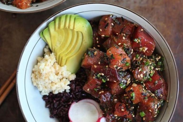 Le Poke Bowl est composé de poisson cru et de riz