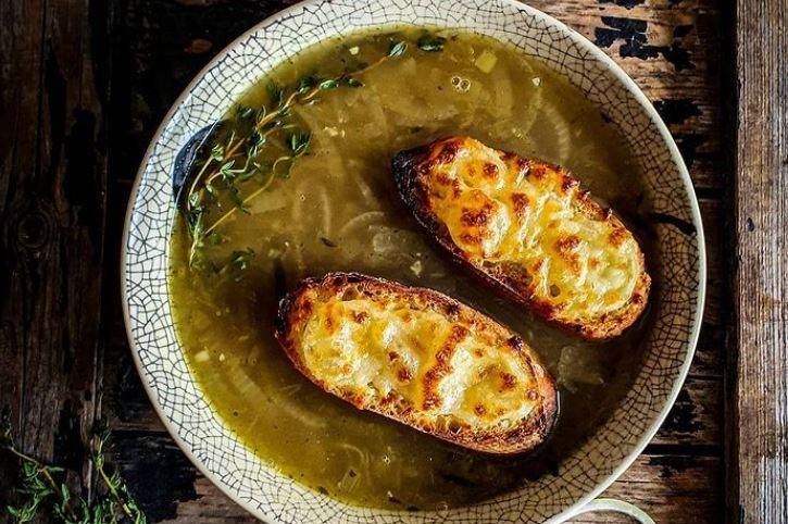 Une soupe à l'oignon.