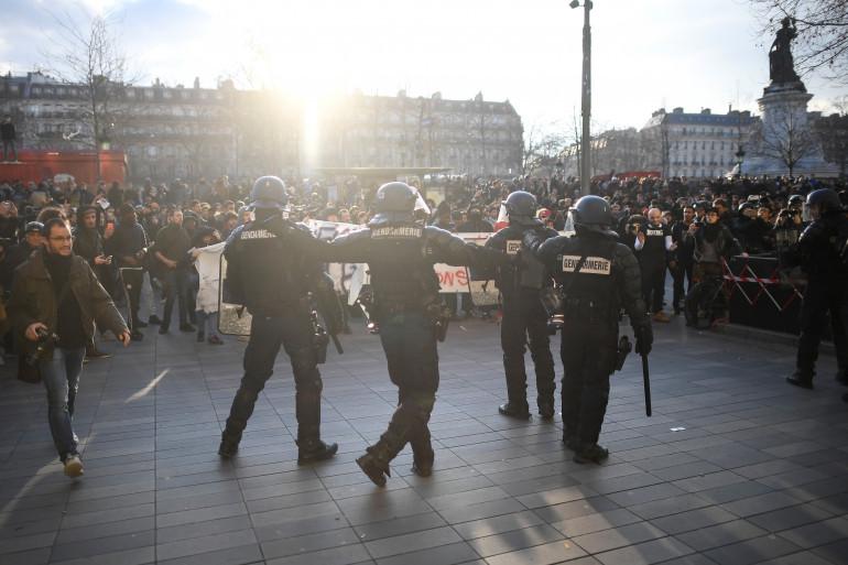 Des policiers lors de la manifestation de soutien à Théo, le 18 février à Paris.