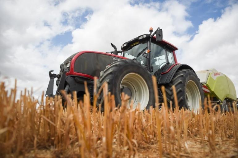 Un agriculteur fauche les blés près de Tours (Illustration)