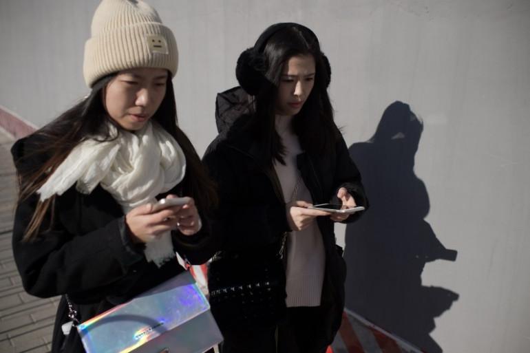 En Chine, deux jeunes femmes utilisent leur téléphone portable