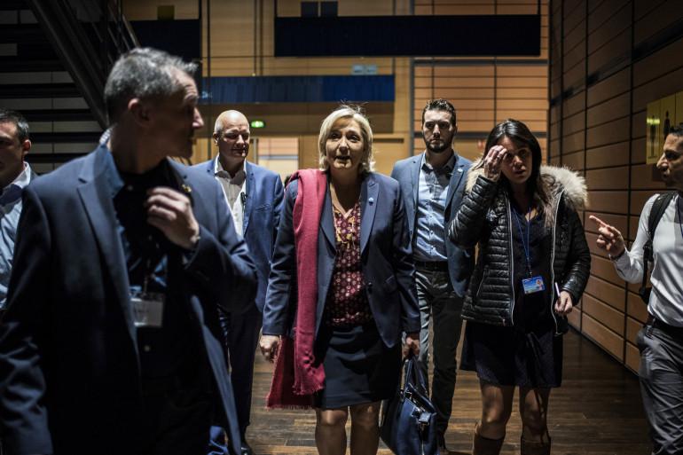 Marine Le Pen accompagnée de Catherine Griset (à sa gauche) et son garde du corps Thierry Leigier (derrière elle à sa droite), à Lyon le 4 février 2017