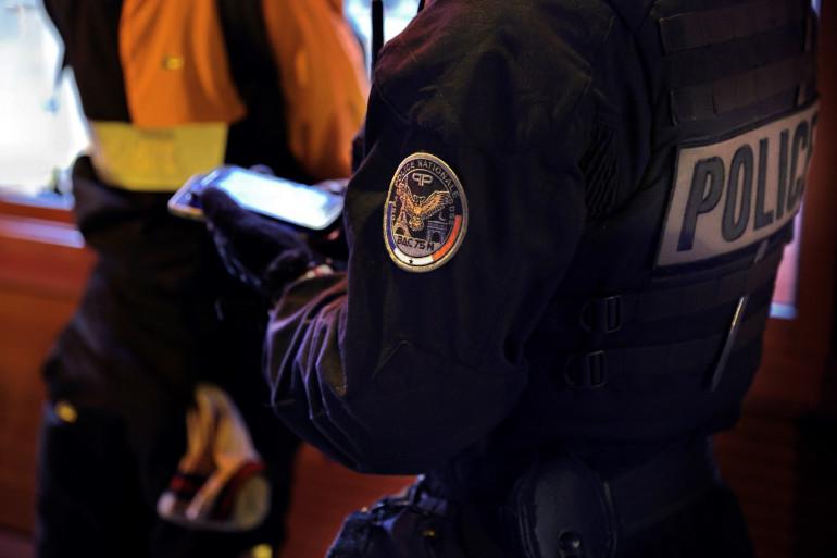 Un police de la BAC procède à un contrôle d'identité à Paris en octobre 2020