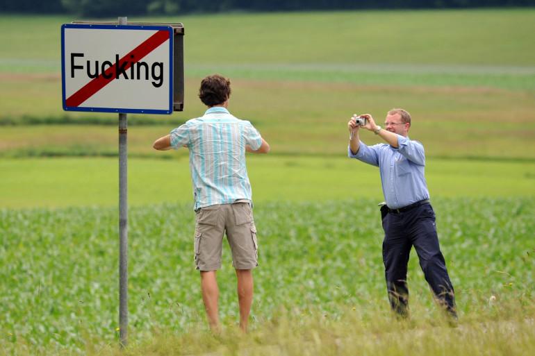Des curieux prennent la pose devant le panneau du village autrichien Fucking (illustration)