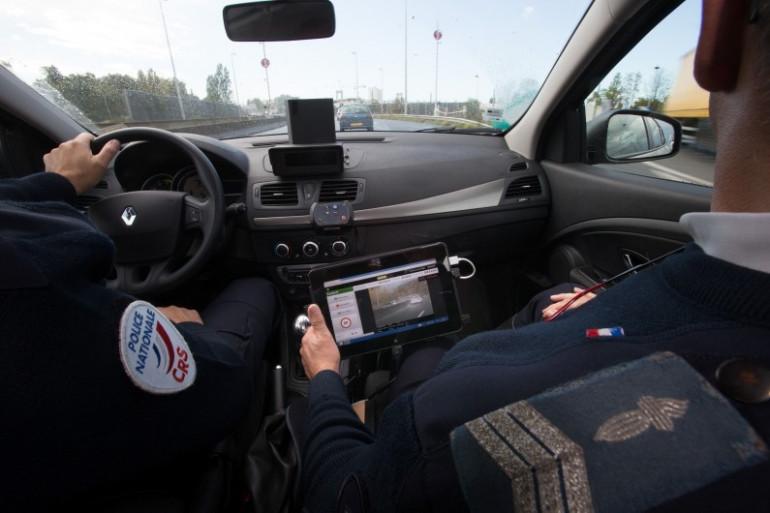 Contrôle de police avec une brigade CRS autoroutiere. Radars mobiles de nouvelle génération (Illustration)