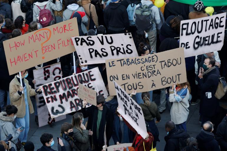 Des manifestants sur la place de la République à Paris le 28 novembre 2020 lors d'une manifestation contre le projet de loi Sécurité globale.