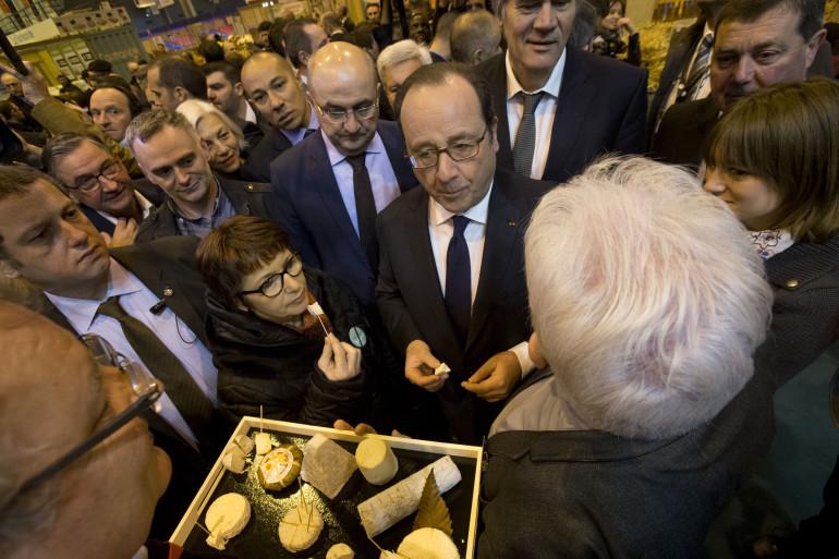 François Hollande au côté d'un producteur de fromage